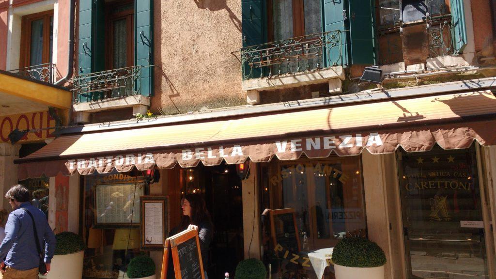 Fachada da trattoria bella venezia, em veneza