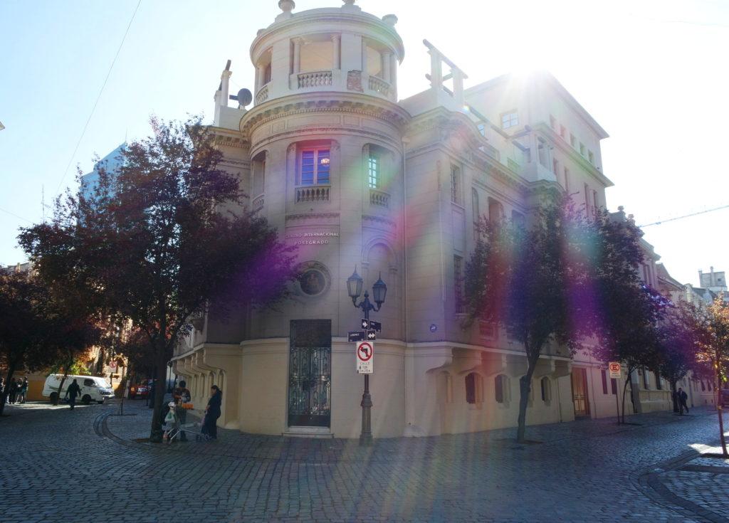 Cruzamento das ruas paris e londres, em santiago, com o sol se filtrando pelo prédio