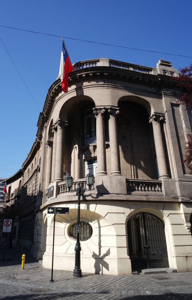 Prédio em um dia ensolarado do bairro paris londres, em santiago do chile