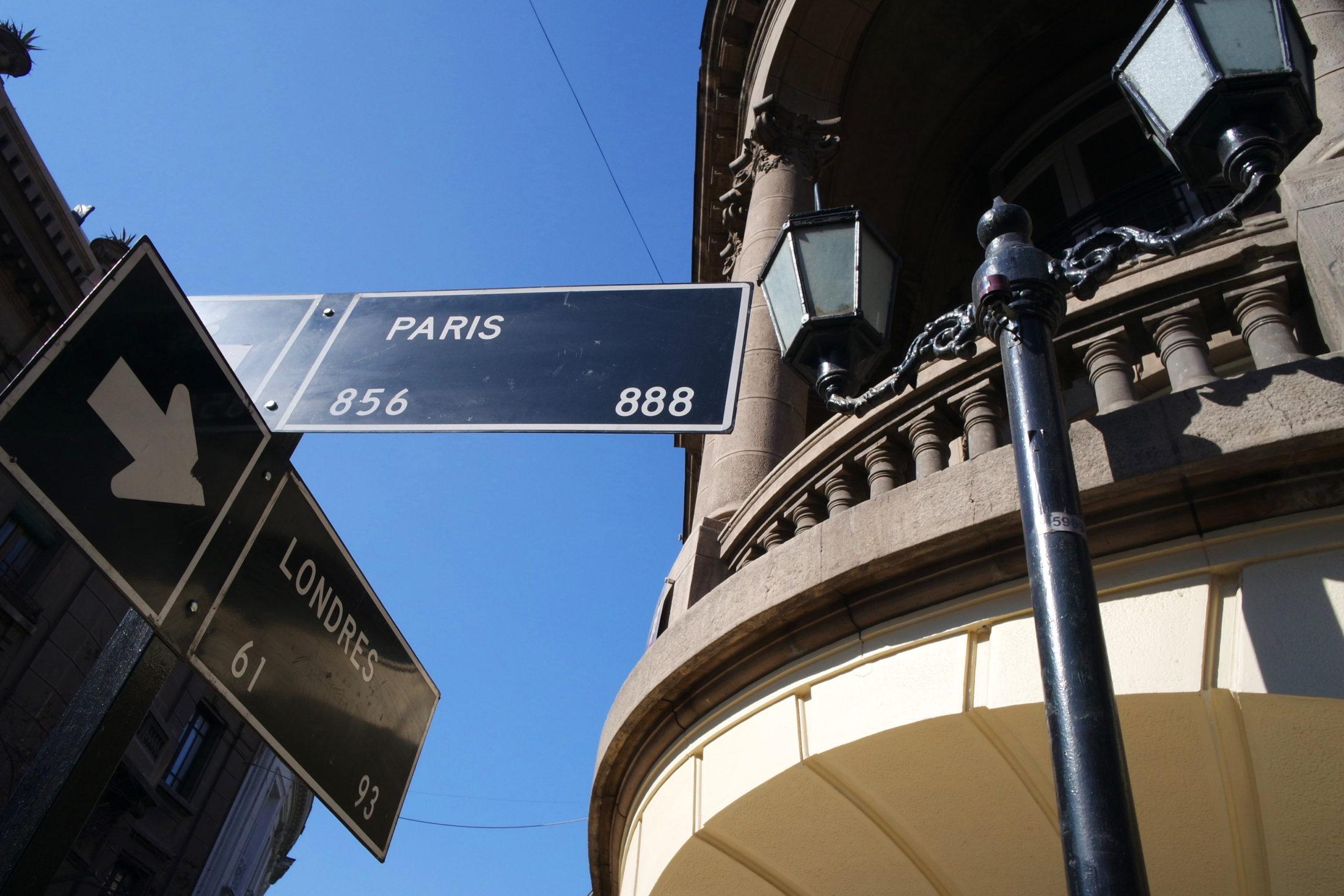 Placas sinalizando o cruzamento das ruas paris e londres, em santiago do chile