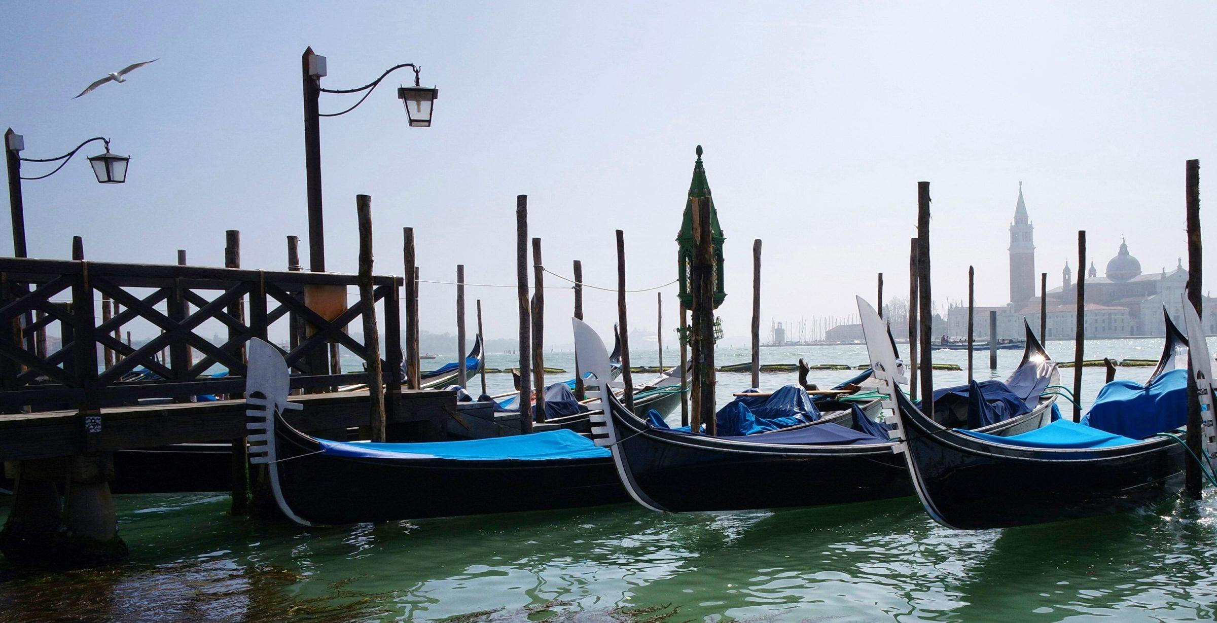 Barcos atracados no grande canal em Veneza