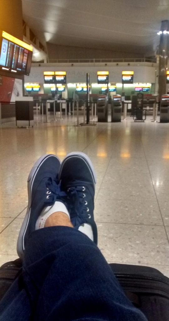 Tentando dormir no vazio aeroporto Heathrow, em Londres