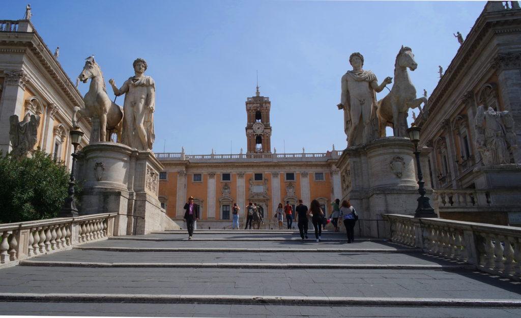 As largas escadarias para a Piazza del Campidoglio