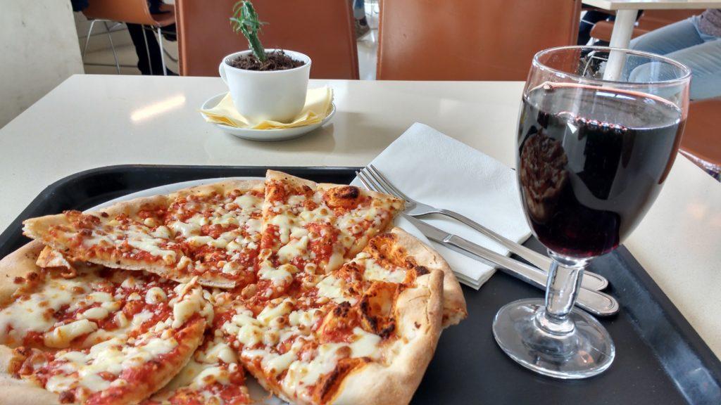 Pizza margherita e vinho em Roma