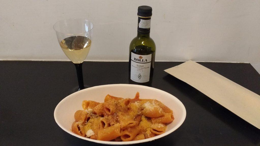 Pasta all'amatriciana acompanhada de vinho branco