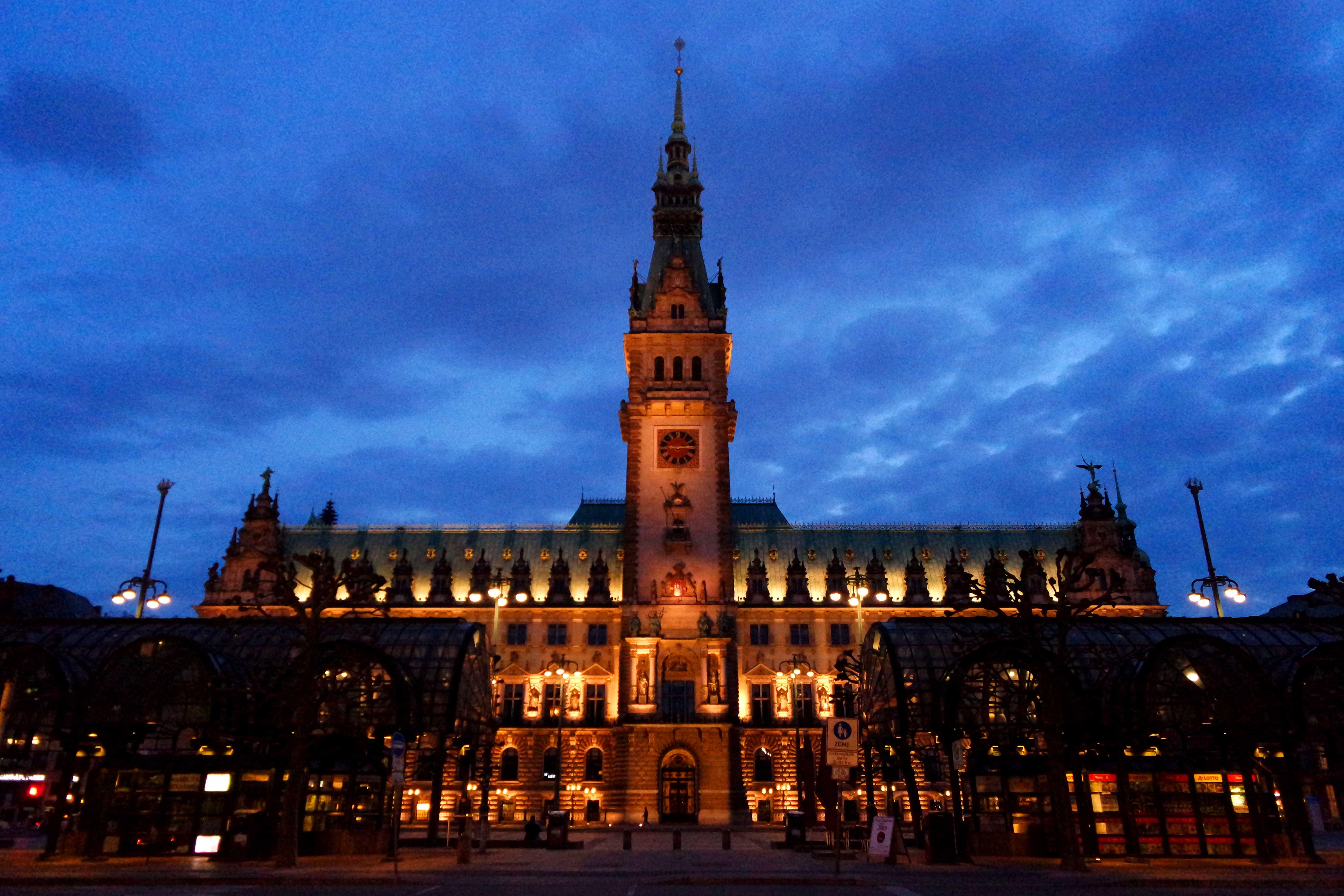 O belo edifício da Prefeitura de Hamburgo ao anoitecer