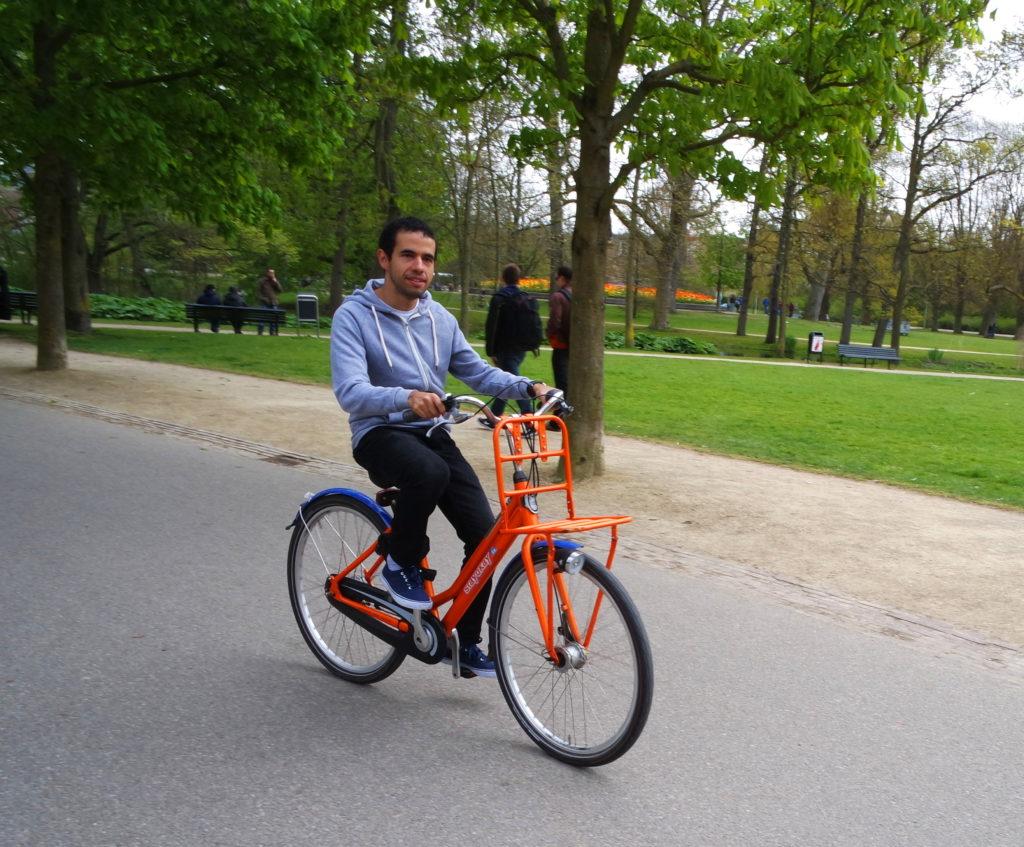Andando de bicicleta no VOndelpark, em Amsterdam