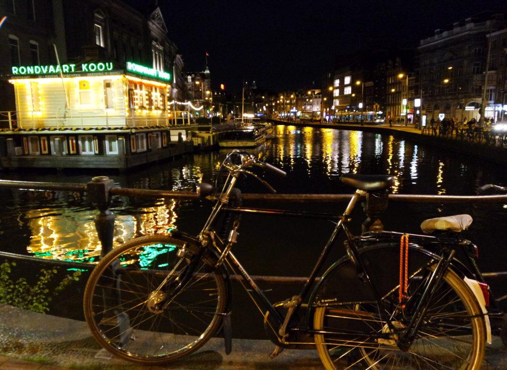 Bicicleta à beira do canal em Amsterdam, à noite