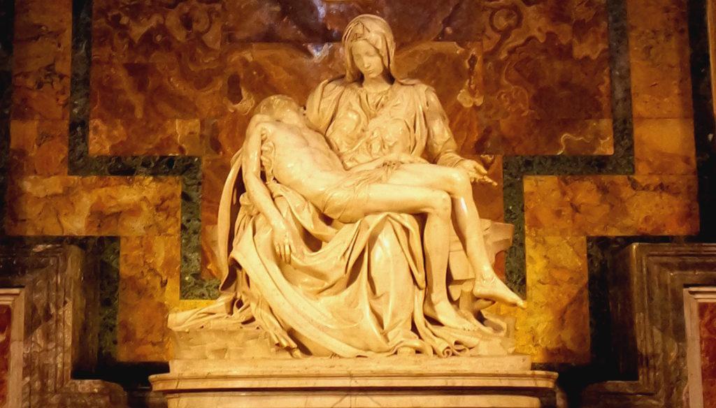 Pietà, de Michelangelo, com Maria segurando o corpo inerte de Jesus Cristo