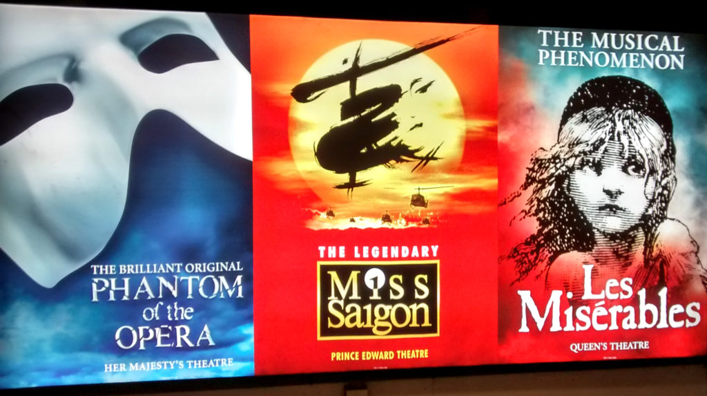 Cartaz com os musicais do Wes Ende de Londres: Phantom of The Opera, Miss Saigon e Les Miserables