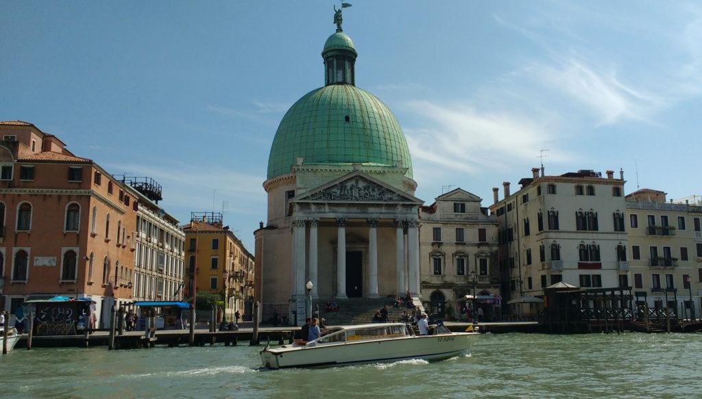 Barco deslizando sobre o Grande Canal de Veneza
