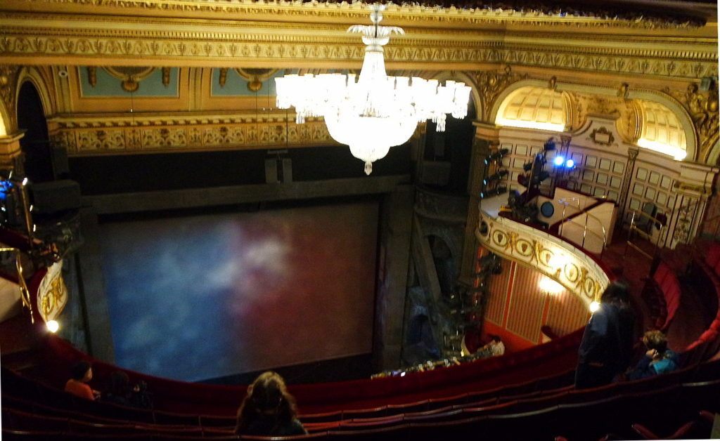 Queen's Theatre com seu bonito lustre iluminado, on West End de Londres