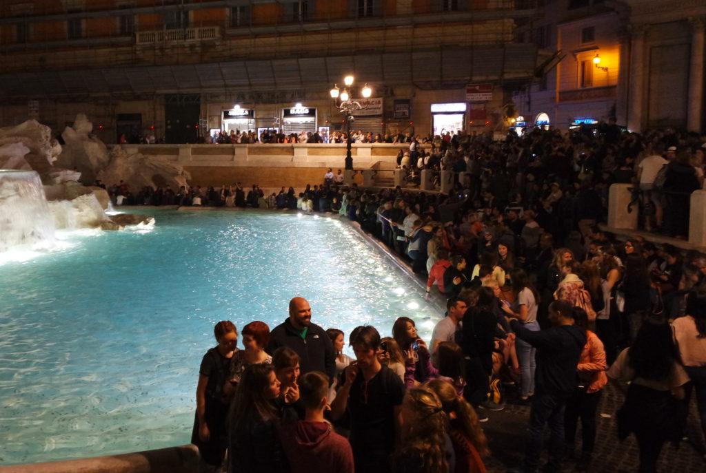 Fontana di Trevi lotada