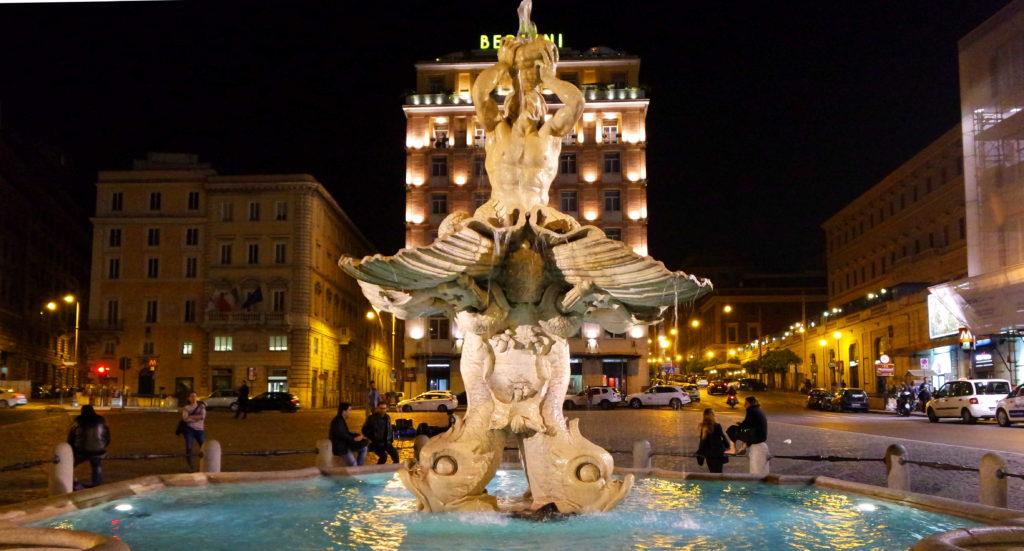 Fonte na Piazza Barberini, à noite, em Roma