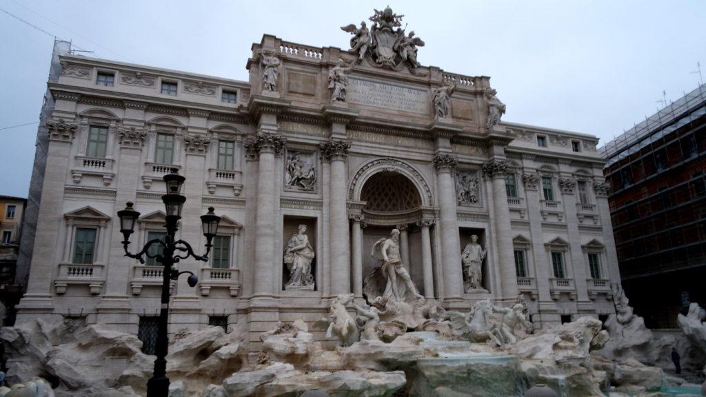 Fontana di Trevi ao amanhecer, em Roma