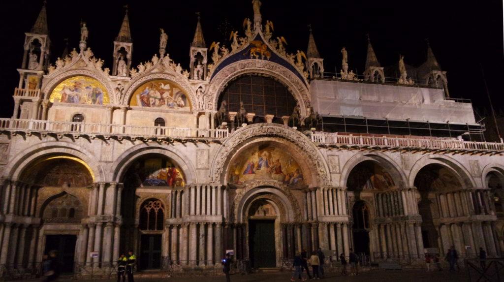 Basílica São Marcos de Veneza, imponente, à noite