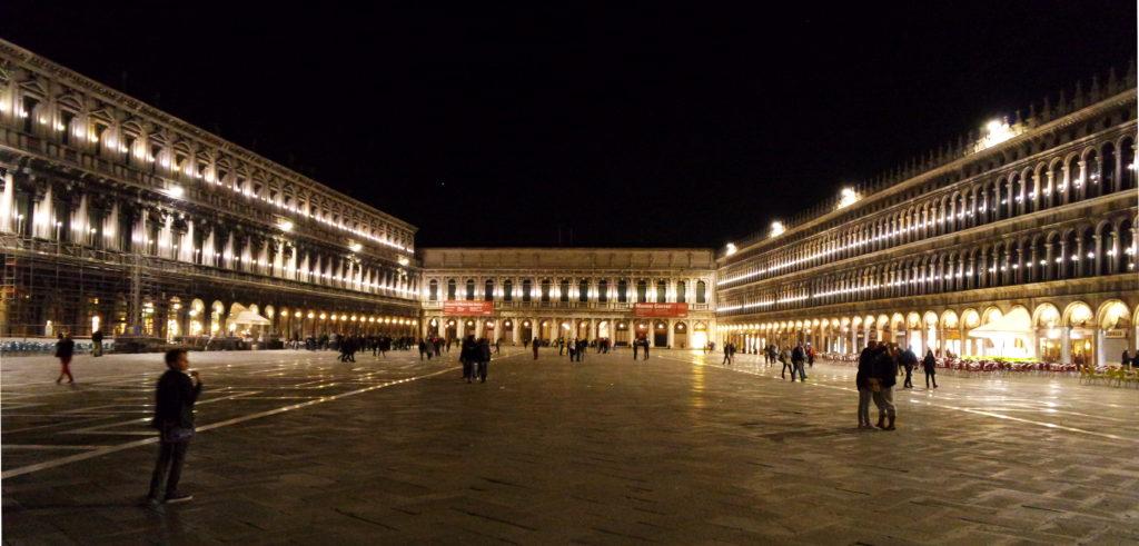 O enorme vão da iluminada Piazza San Marco, à noite