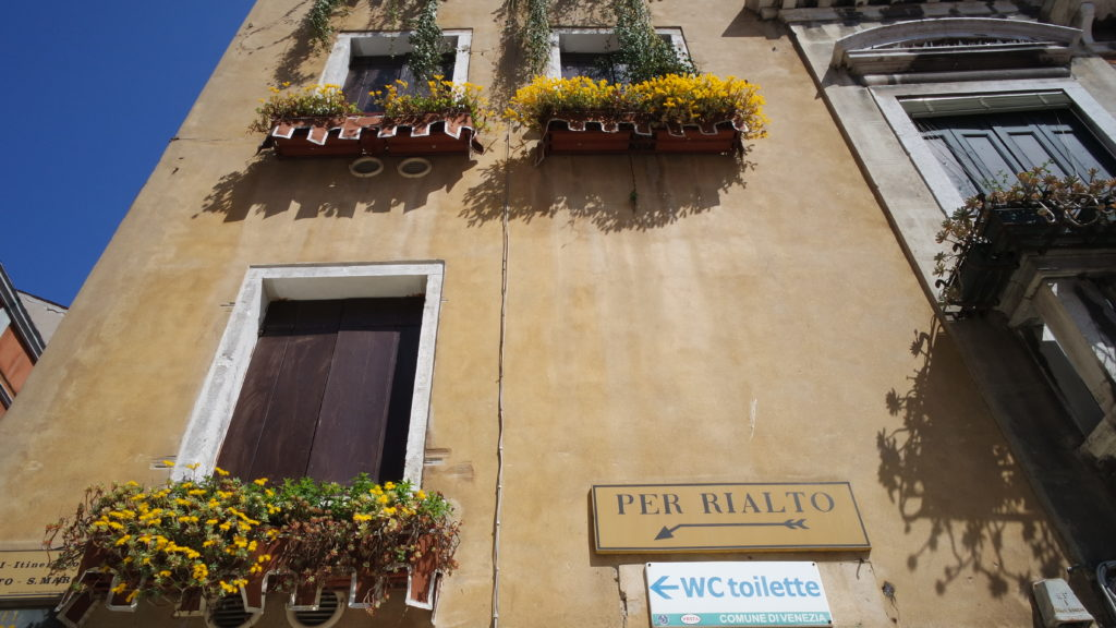 Simpáticas janelas floridas de Veneza