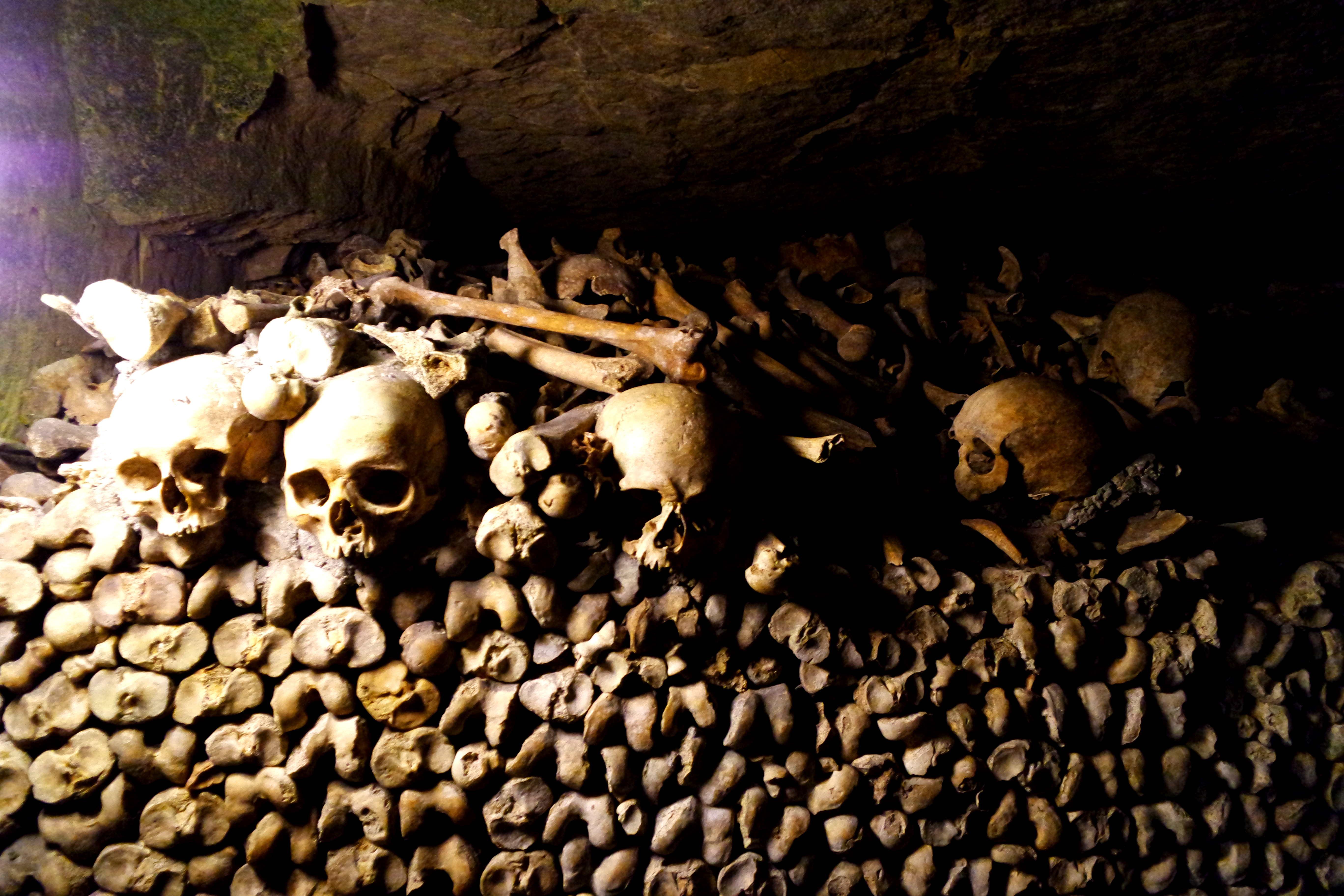 Caveiras aos montes nas Catacumbas de Paris