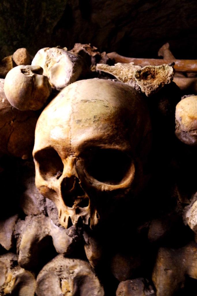 Caveira macabra nas catacumbas de Paris