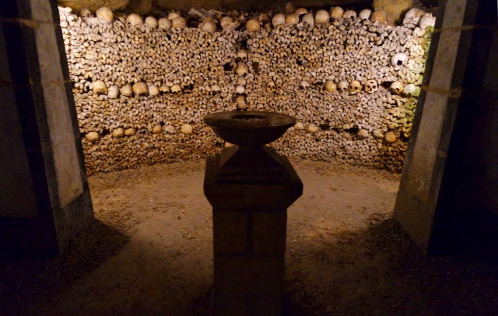 Dezenas de caveiras nas Catacumbas de Paris