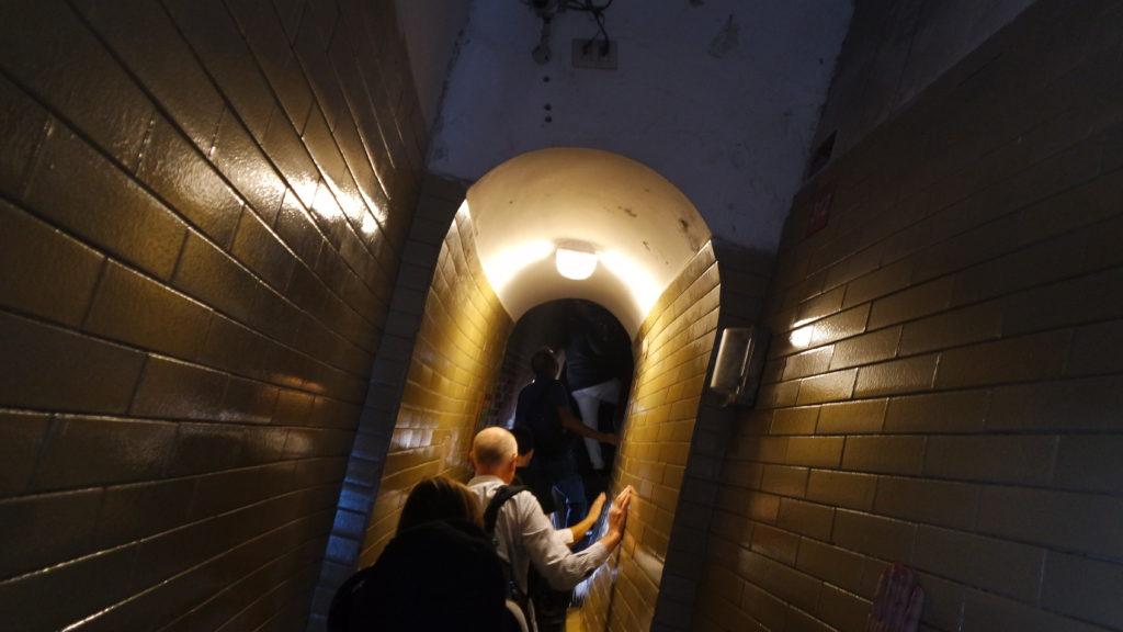 escadas inclinadas na subida para a cúpula da basílica são pedro