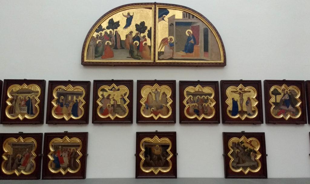 Pequenos painéis com cenas religiosas