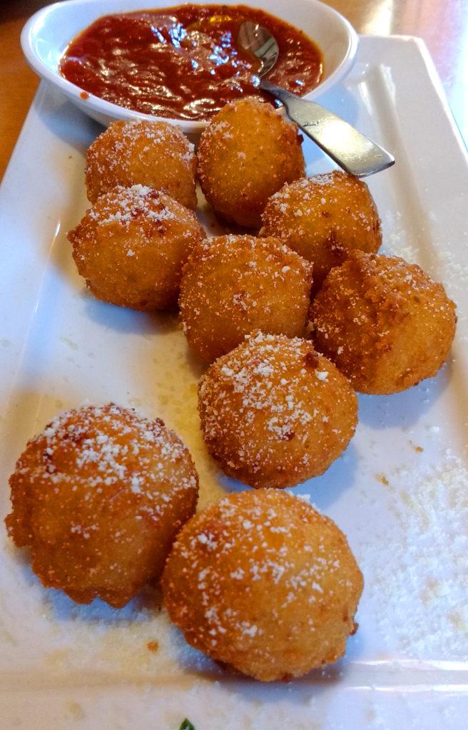 Bolinhos de arroz e molho vermelho, no Olive Garden