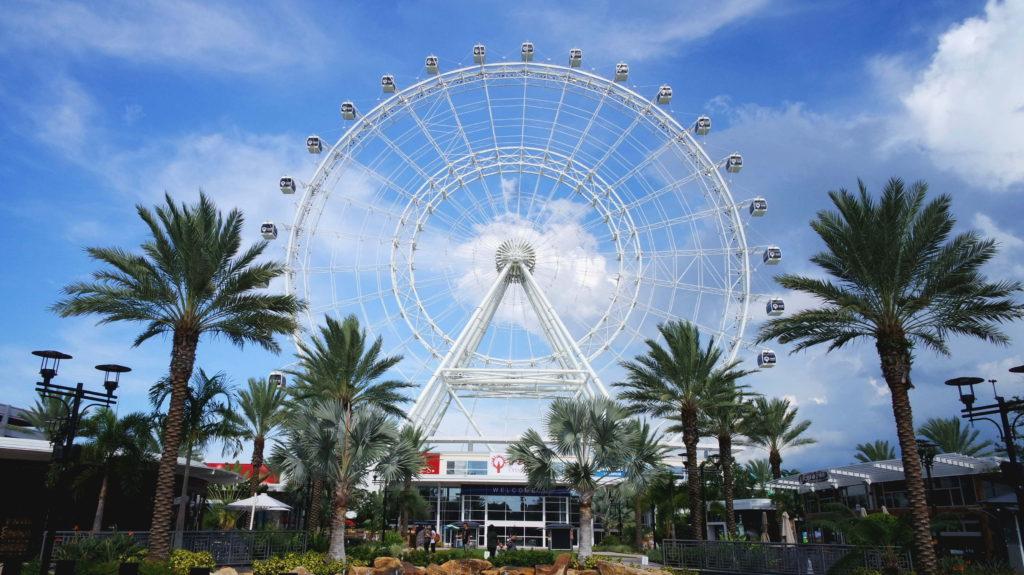 Roda gigante Orlando Eye, em um dia de céu azul em Orlando, Flórida