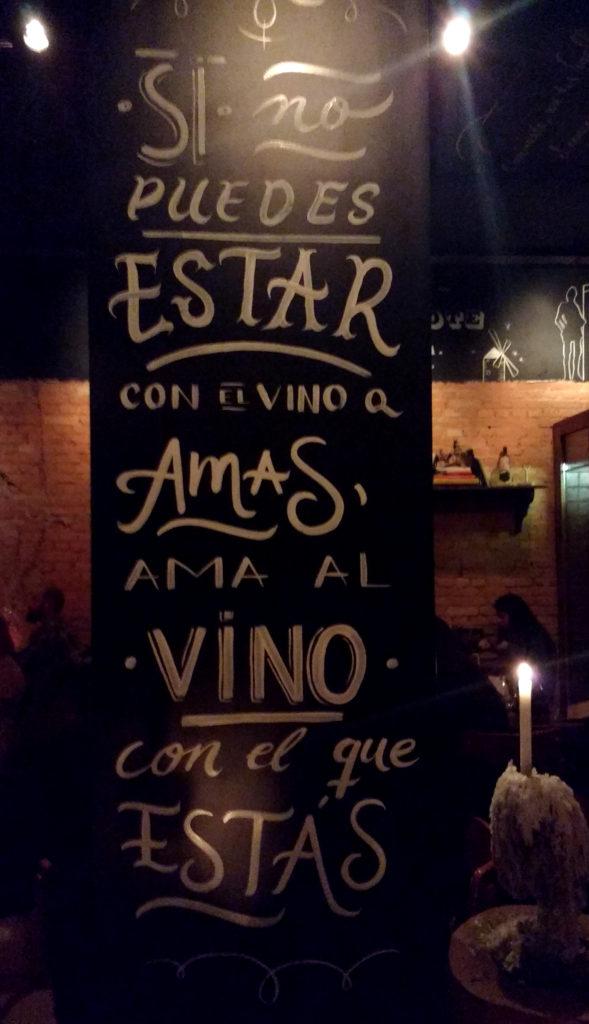 Paredes do bar com inscrições sobre vinho
