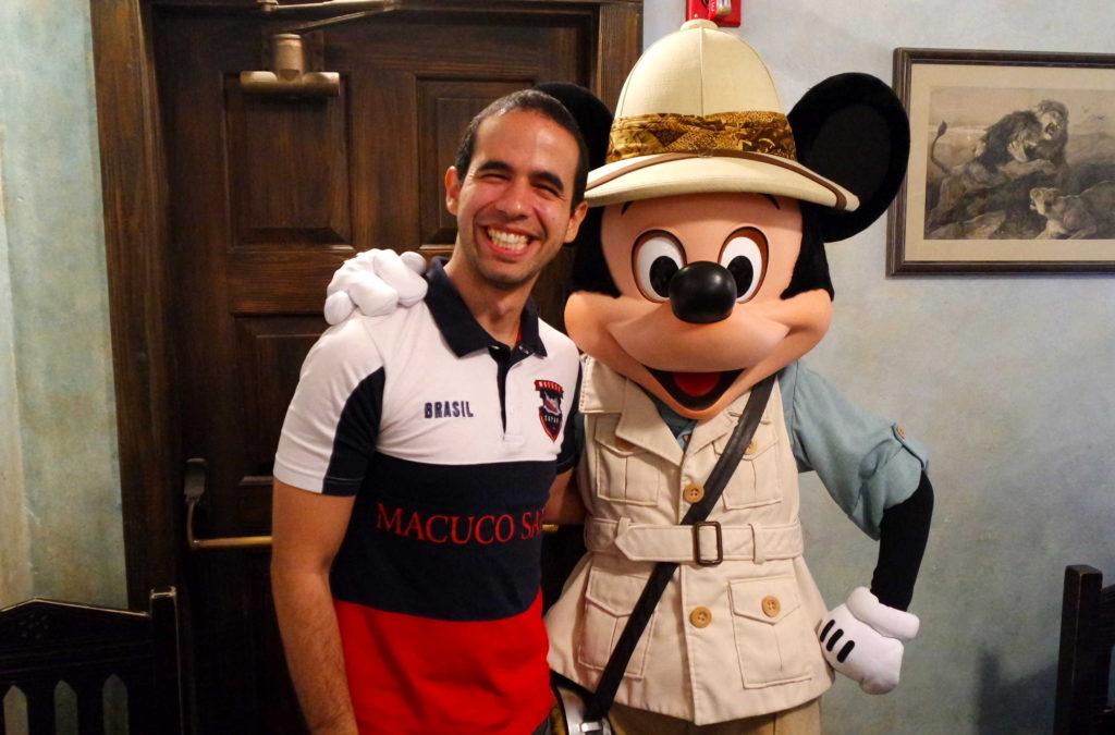 Mickey em trajes de Safari