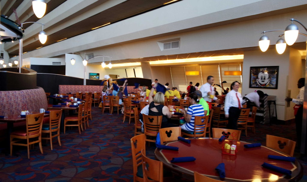 Ambiente com mesas e carpete do Chef Mickey's