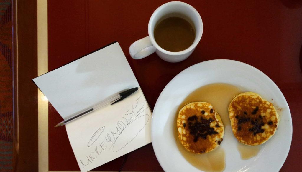 As panquecas com maple syrup e uma caneca de café