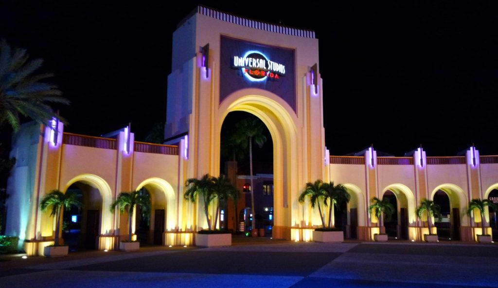 Entrada do parque Universal, à noite