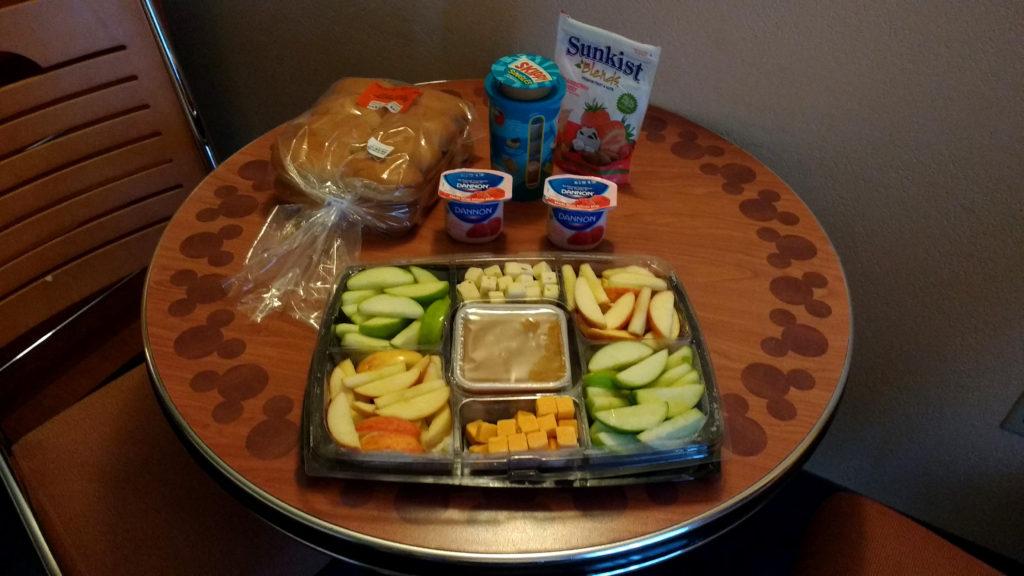 Frutas, pães e iogurte comprados no Walmart