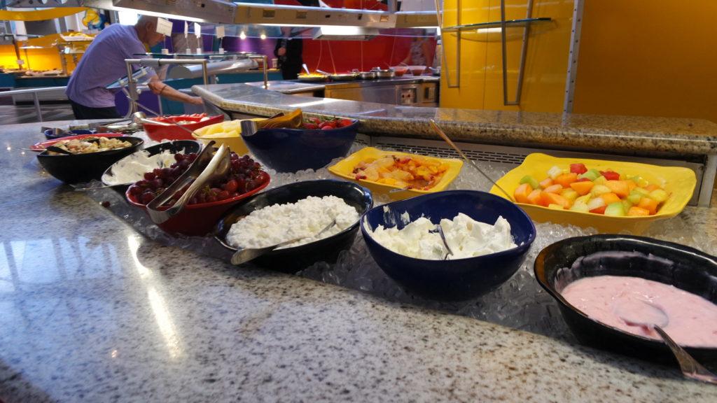 buffet chef mickey's, com frutas e iorgutes