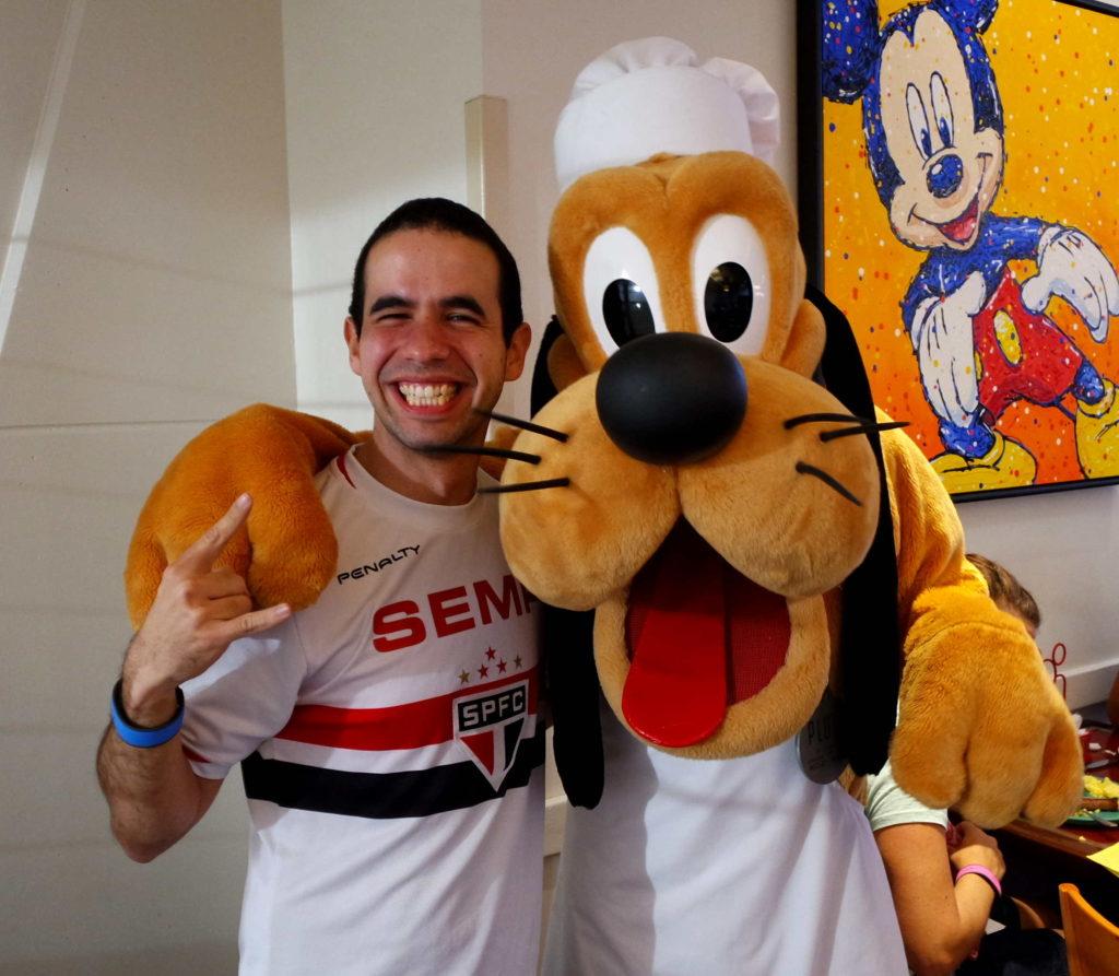 Pluto,em trajes de conzinheiro, no Chef Mickey's
