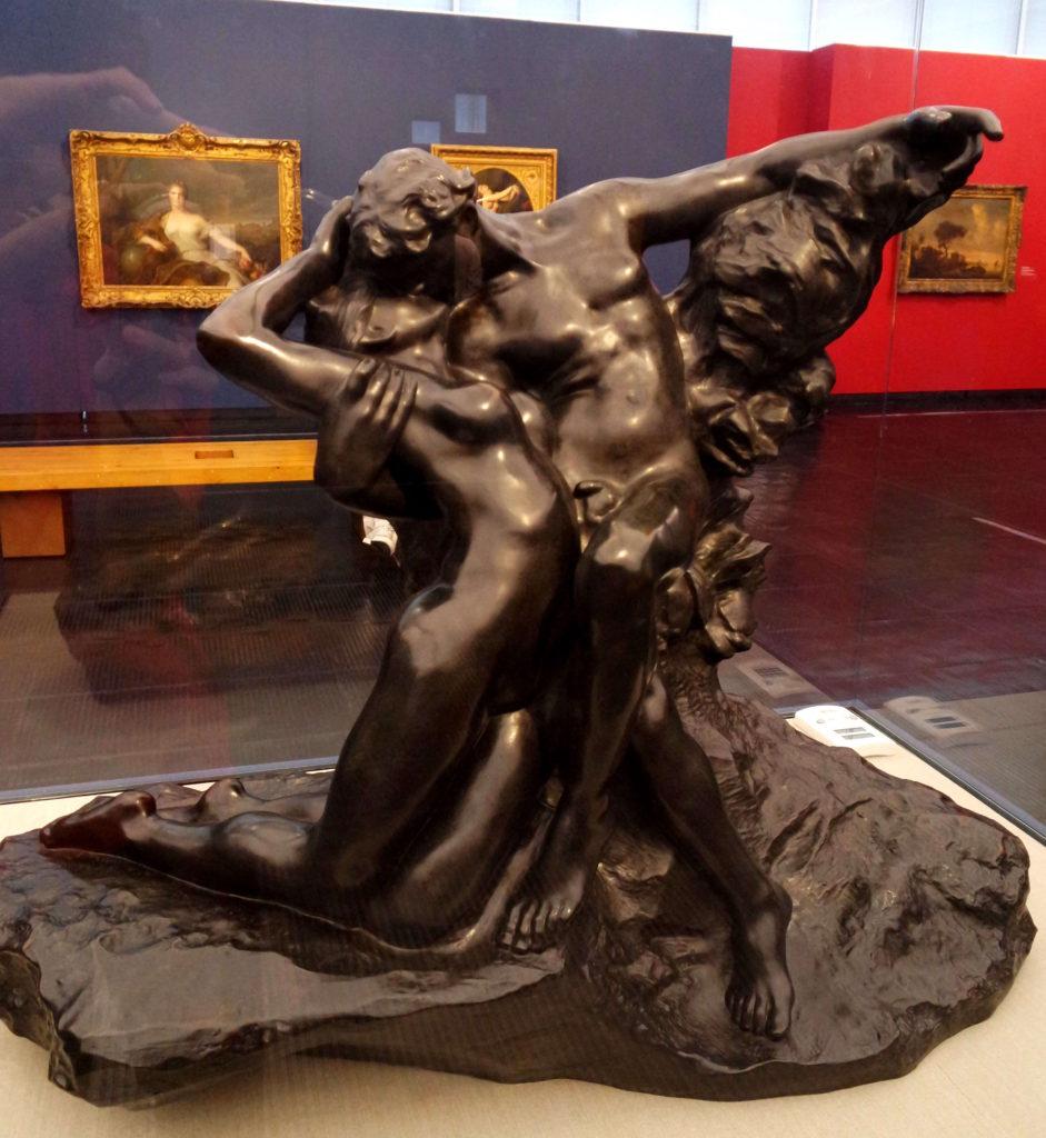 Eterna primavera: escultura negra de dois amantes se beijando