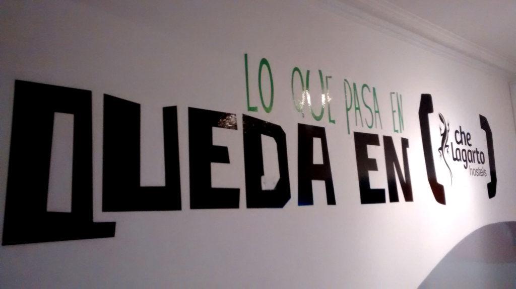 Frase na parede, traduzida:O que acontece aqui morre aqui