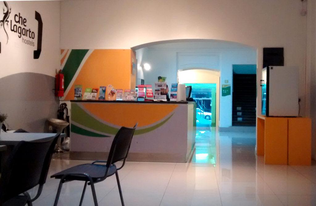 Recepção clean do hostel Che Lagarto, em Santiago