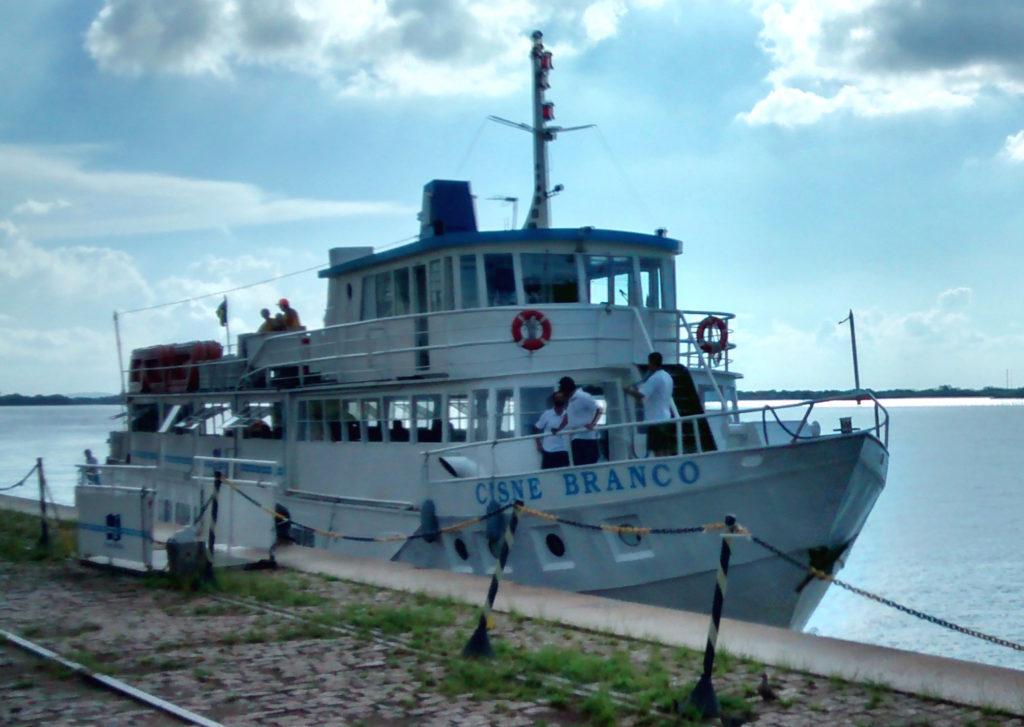Catamarã parado no Rio Guaíba