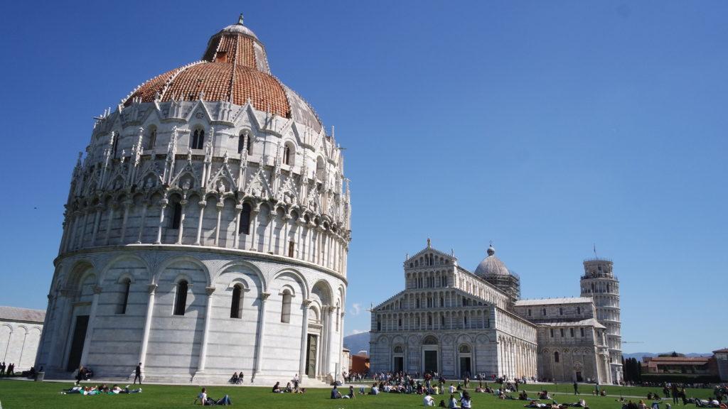Praça dos milagres com o céu azul de Pisa
