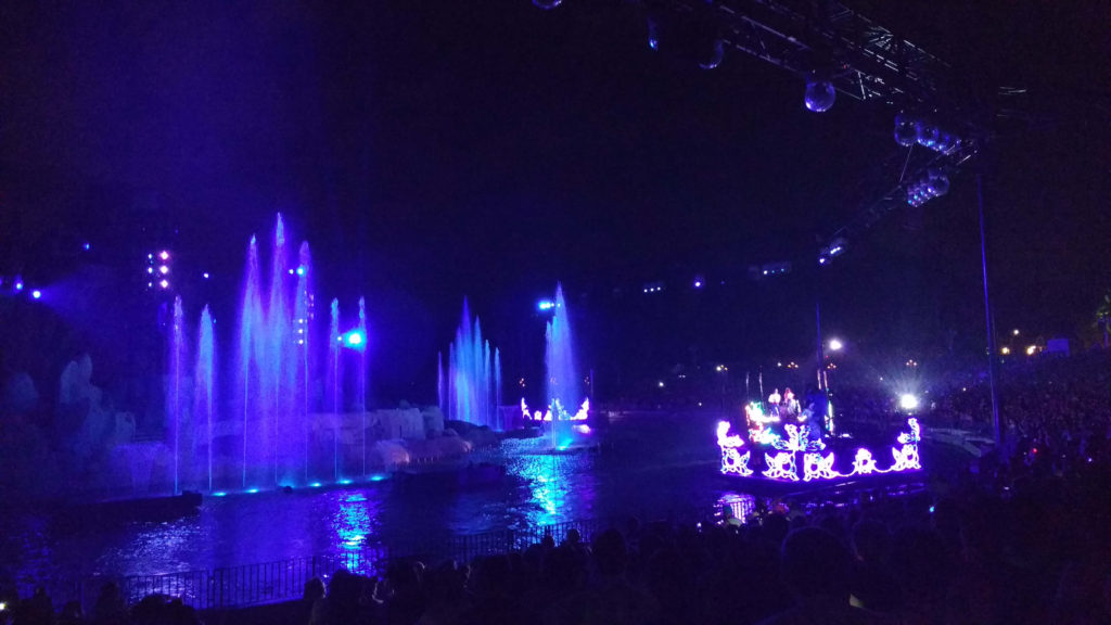 No Fantasmic, um a arquibancada semicircular fica em volta do lago em que acontece o show