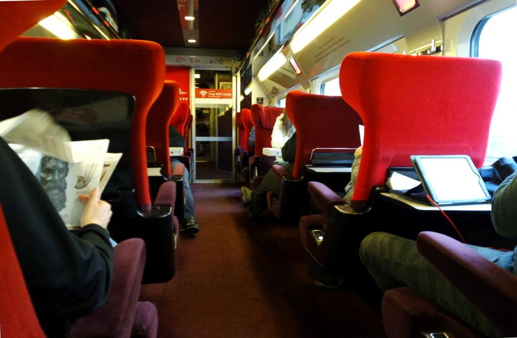 Interior do Trem da Thalys, com poltronas vermelhas