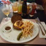 Casa Ramona – comendo hambúrguer no centro da cidade