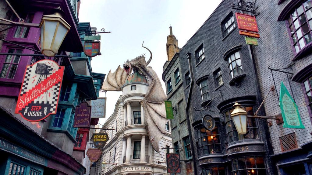 O dragão em cima do Banco Gringotes, no fim do Beco Diagonal