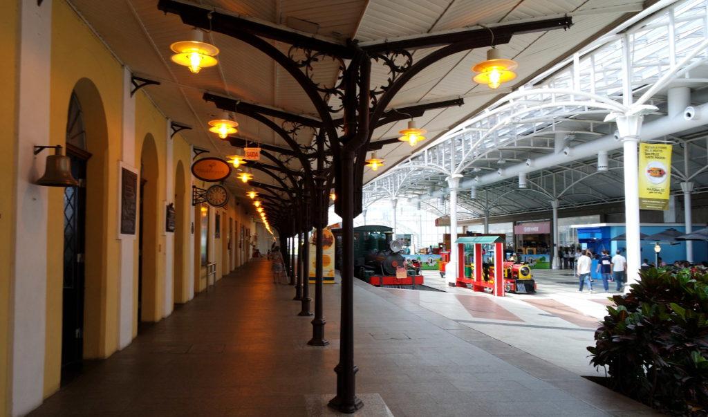 Plataforma da estação inserida dentro do ambiente do shopping