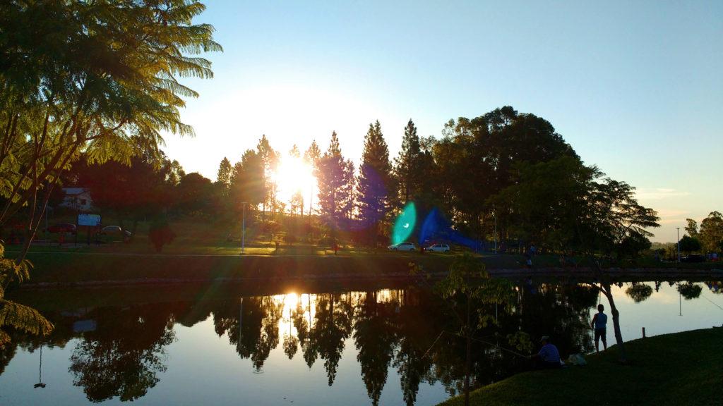 O lago e o sol se pondo ao fundo, na cidade dos meus avós