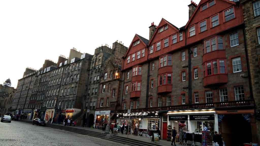 Edifícios da Royal Mile, principal avenida da Old Town em Edimburgo