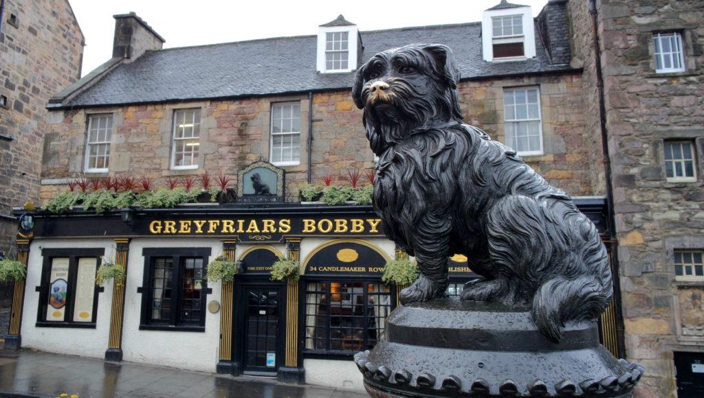 Greyfriars Bobby e o pub homônimo atrás